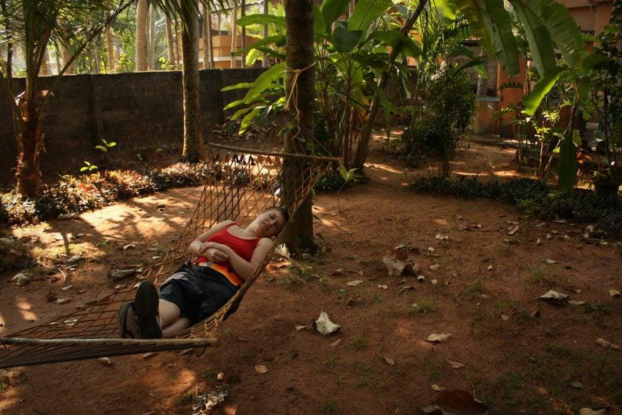 Relaxare în hamac, în spatele casei, sub palmieri, Varkala, Kerala, India
