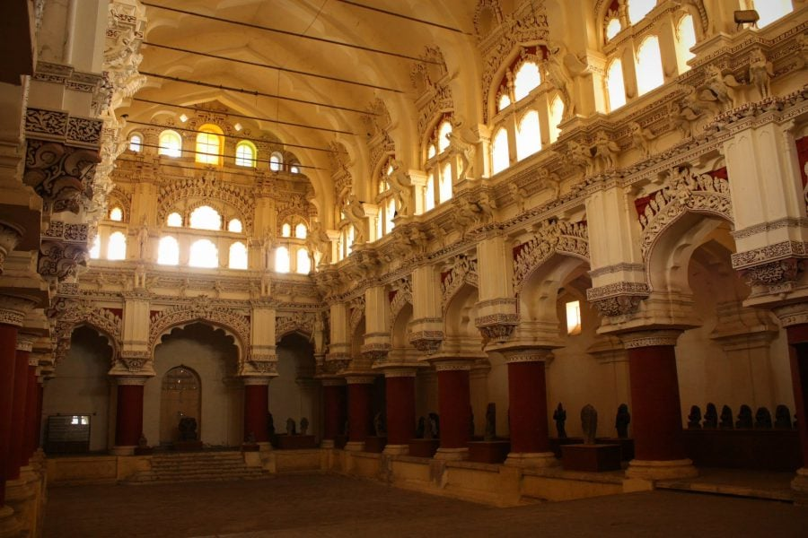 Sală muzeu cu sculpturi indiene vechi în palatul Tirumalai Nayak Mahal, Madurai, Tamil Nadu