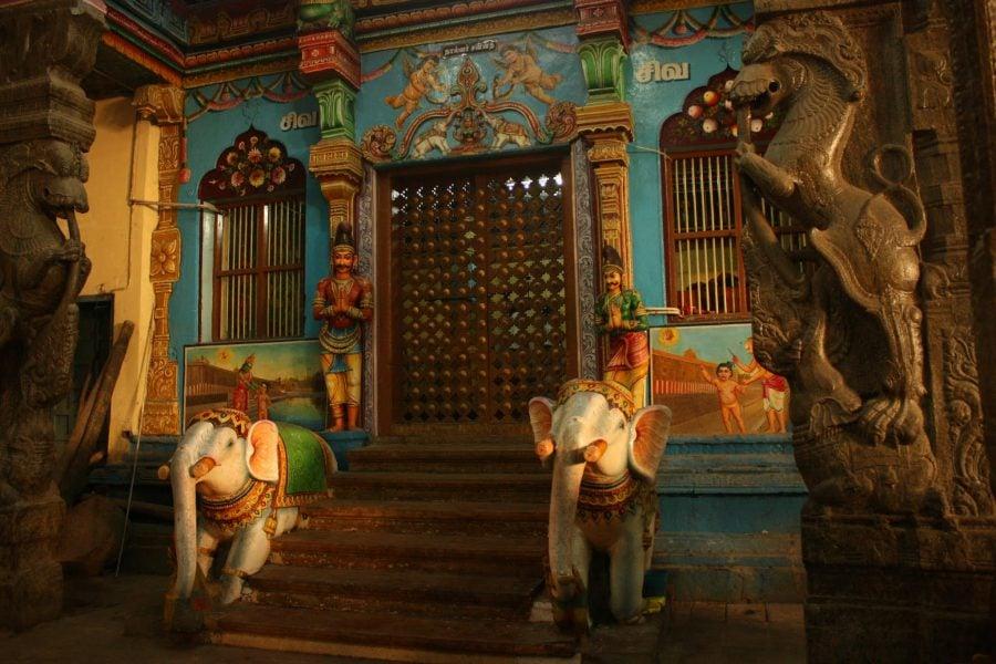 Sculpturi colorate în templul Sri Minakshi din Madurai, Tamil Nadu, India