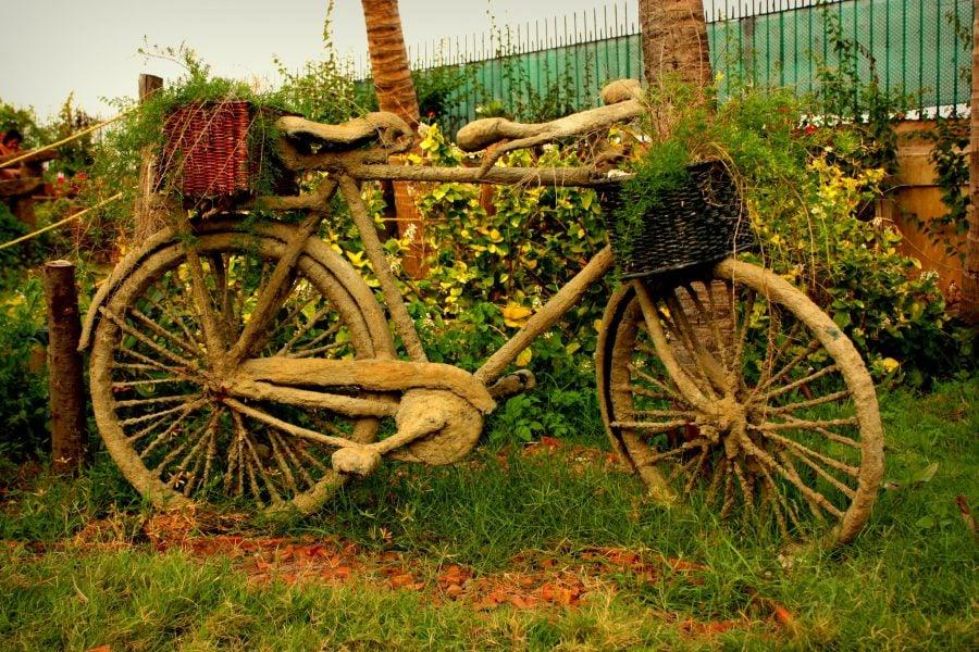 Bicicletă decorativă în grădină, Pondicherry (Puducherry), Tamil Nadu, India