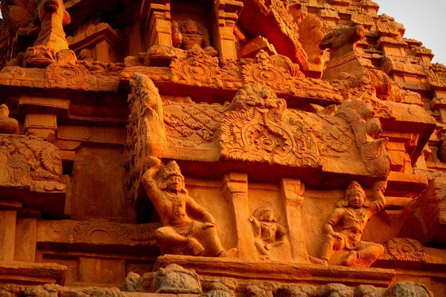 Detaliu sculpturi portocalii, Templul Brihadeshwarar, Thanjavur, India