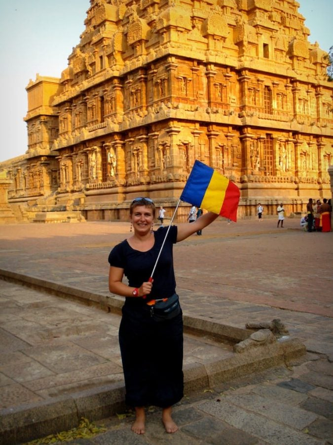 Fată cu steag românesc la templul indian Brihadeeswarar, Thanjavur, Tamil Nadu