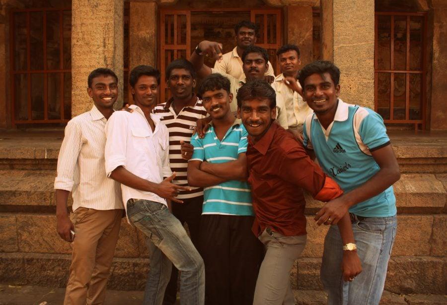 "Poza ""Indian Style"" cu grup de tineri indieni, Thanjavur, Tamil Nadu, India"
