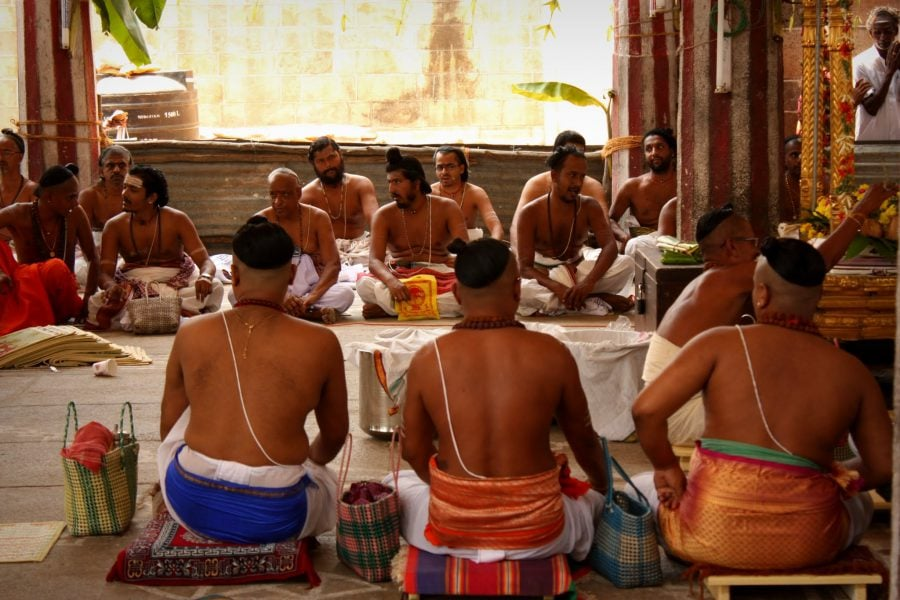 Preoți în timpul unei ceremonii la templul Nataraja, Chidambaram, Tamil Nadu, India