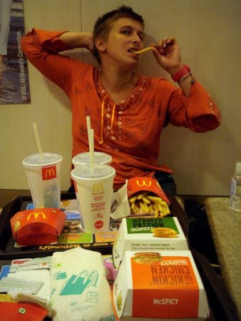 Româncă fericită la McDonalds in Bangalore, India