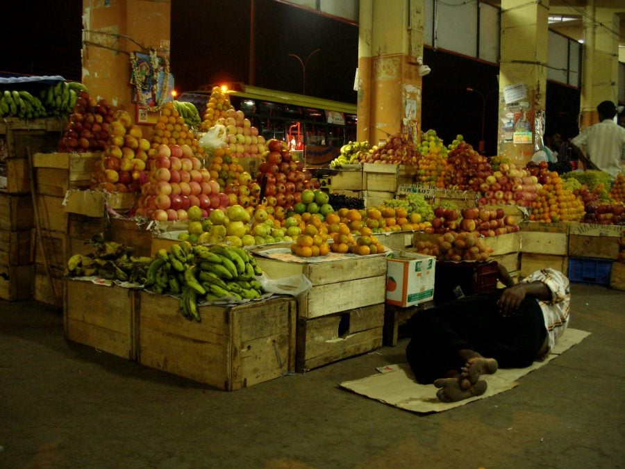 Stand fructe în autogara din Thanjavur, Tamil Nadu, India