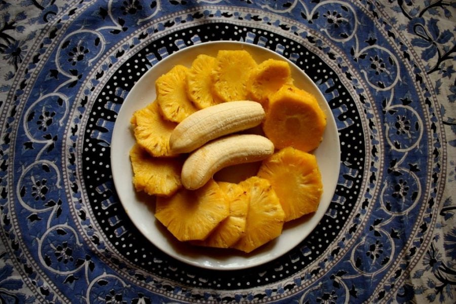 Ananas și banane mici pe farfurie, India