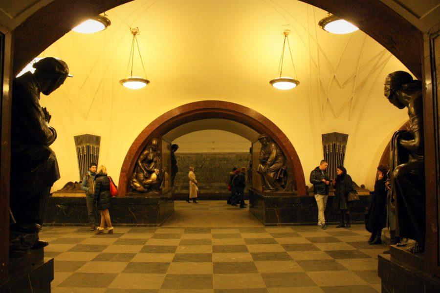 Statui în metro Ploschad Revolutsii, Moscova