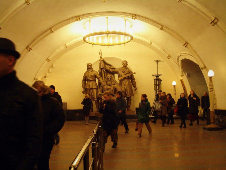 Statui și călători în stația Belorusskaya din metroul din Moscova