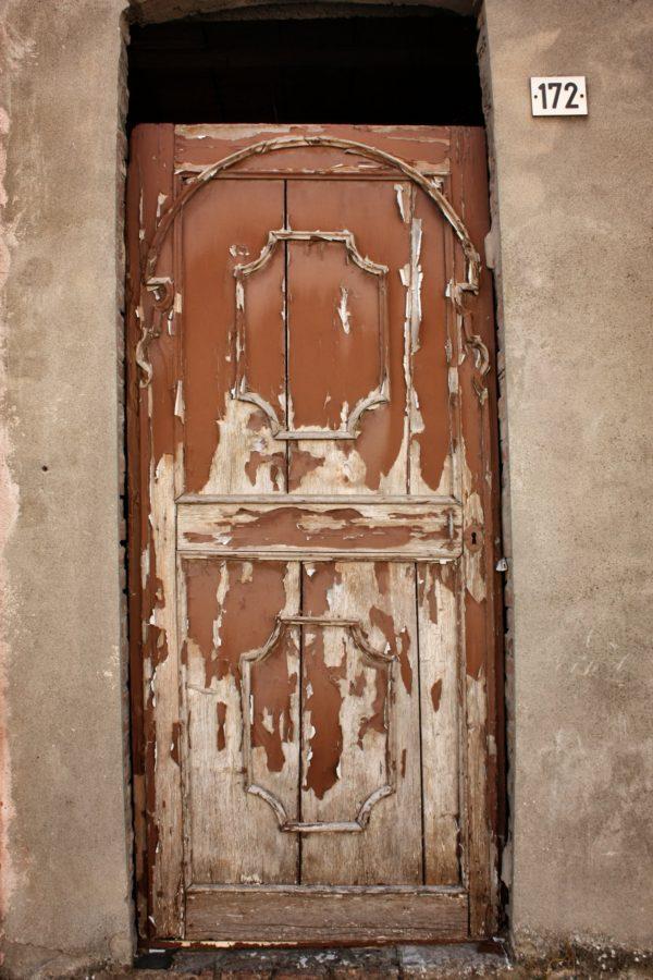 Ușă de lemn cu vopsea scorojită