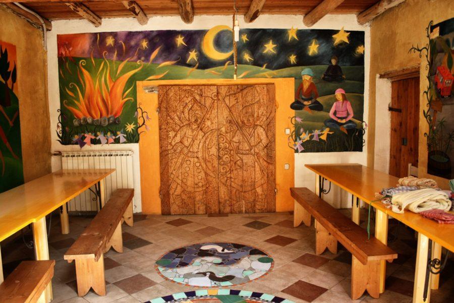 Sală de mese cu pereți pictați