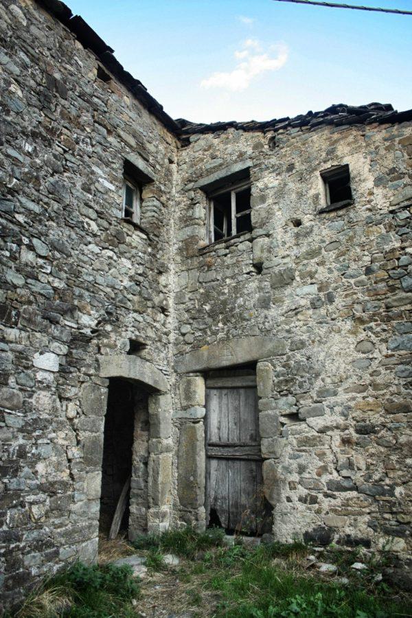 Cladire de piatra într-un sat din Liguria, Italia