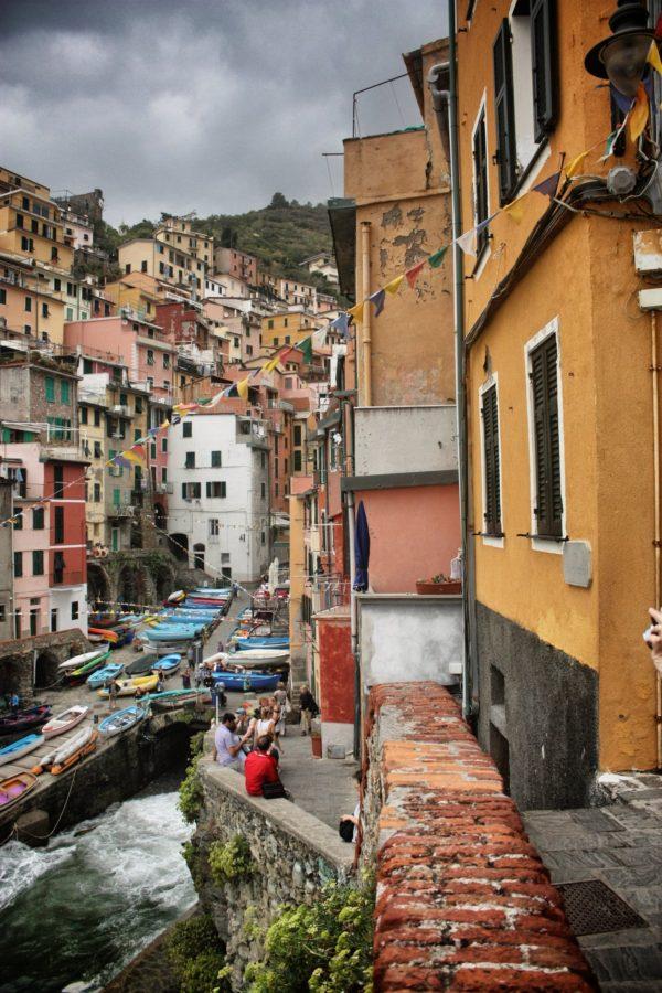 Bărci protejate de furtună pe străzile din Cincue Terre, Italia