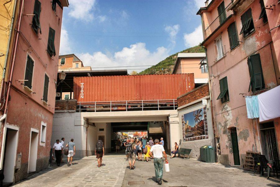 Oameni pe străzi în Cinque Terre, Italia
