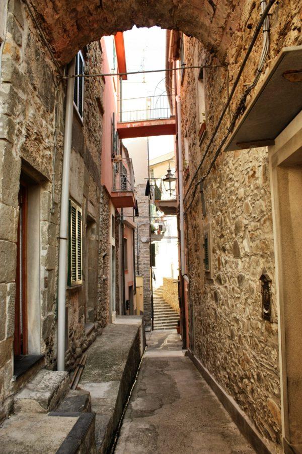 Clădiri vechi și străzi înguste în Corniglia, Cinque Terre, Liguria