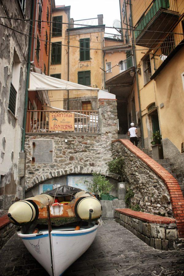 Bărci pe străzile din Cincue Terre, Italia