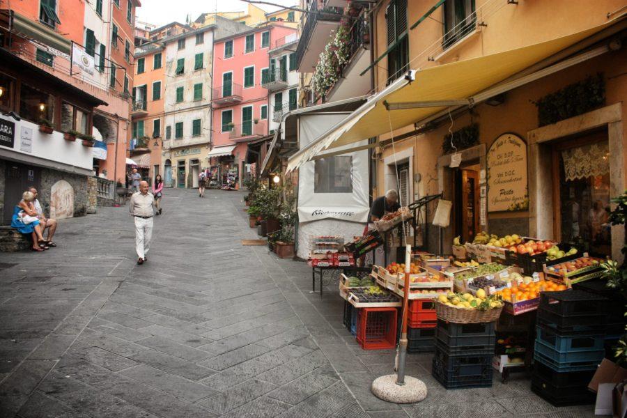 Tarabă cu legume și fructe în Riomaggiore, Cinque Terre, Italia