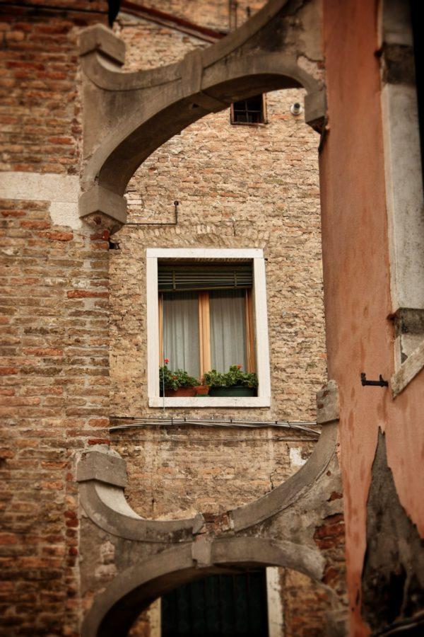 Ziduri de cărămidă roșie în Veneția