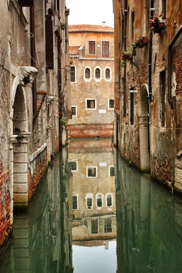Canal venețian pustiu