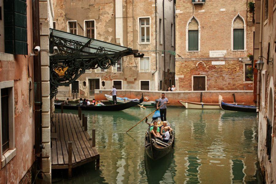 Incredibilă plimbare cu gondola în Veneția