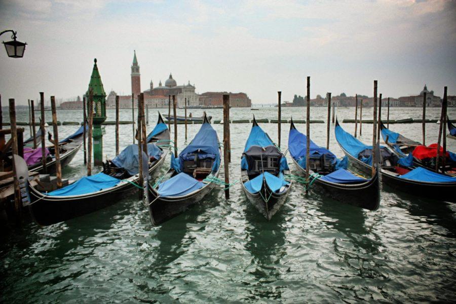 Parcarea gondolelor în Veneția