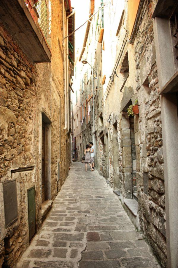 Turiști pe străzile înguste din Corniglia, Cinque Terre, Liguria