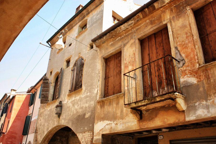 Clădire italiană cu balcon din fier forjat, Padova, Italia