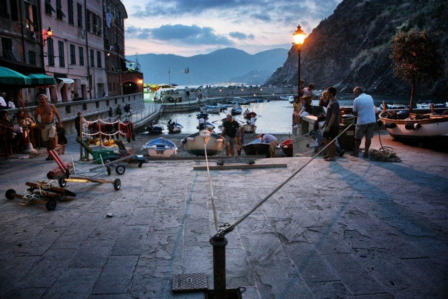 Tragerea bărcilor pe mal cu un scripete, Vernazza, Cinque Terre, Italia