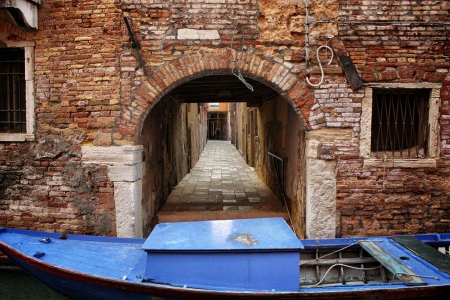Barcă pe un canal, Veneția