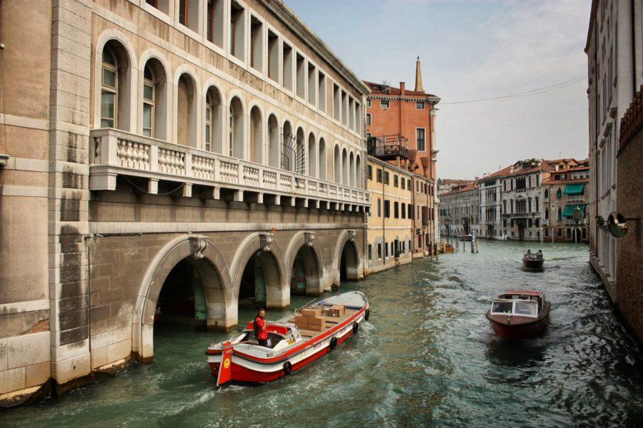 Bărci cu motor în Veneția
