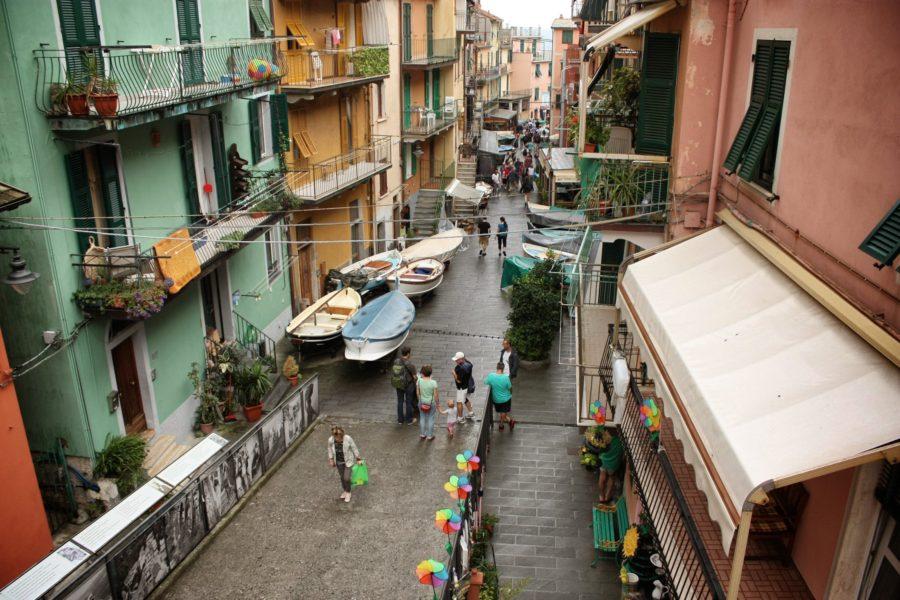 Bărci pe străzile din Manarola, Cinque Terre, Italia