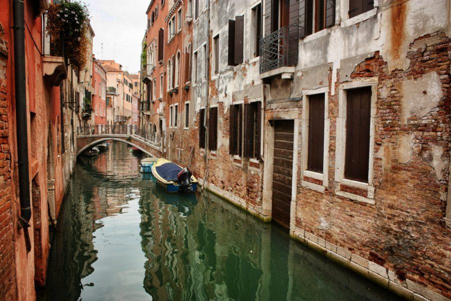 Canal venețian și clădiri de cărămidă roșie