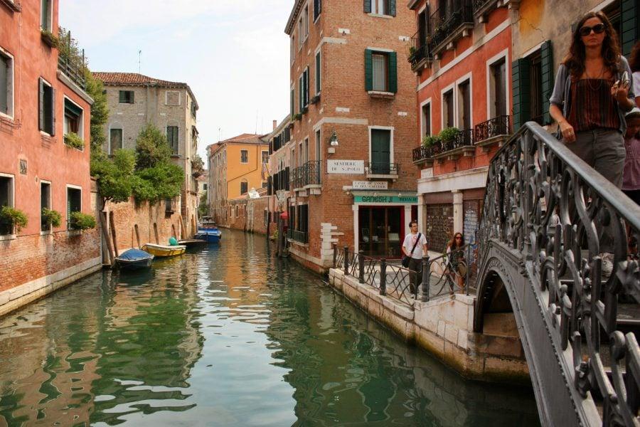 Case și bărci pe un canal din Venetia