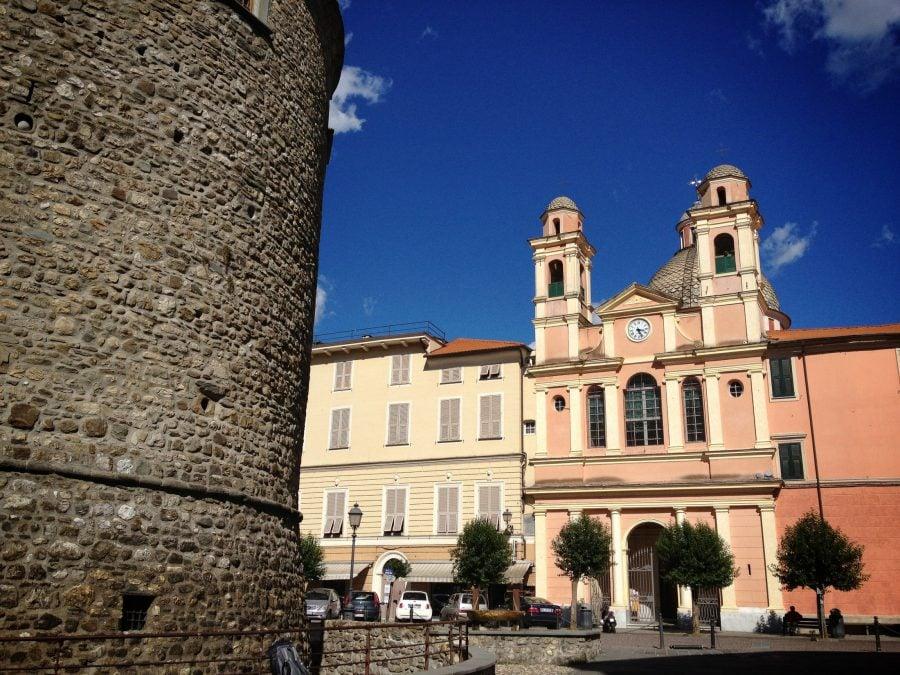 Castel si biserică, Varese Ligure, Italia