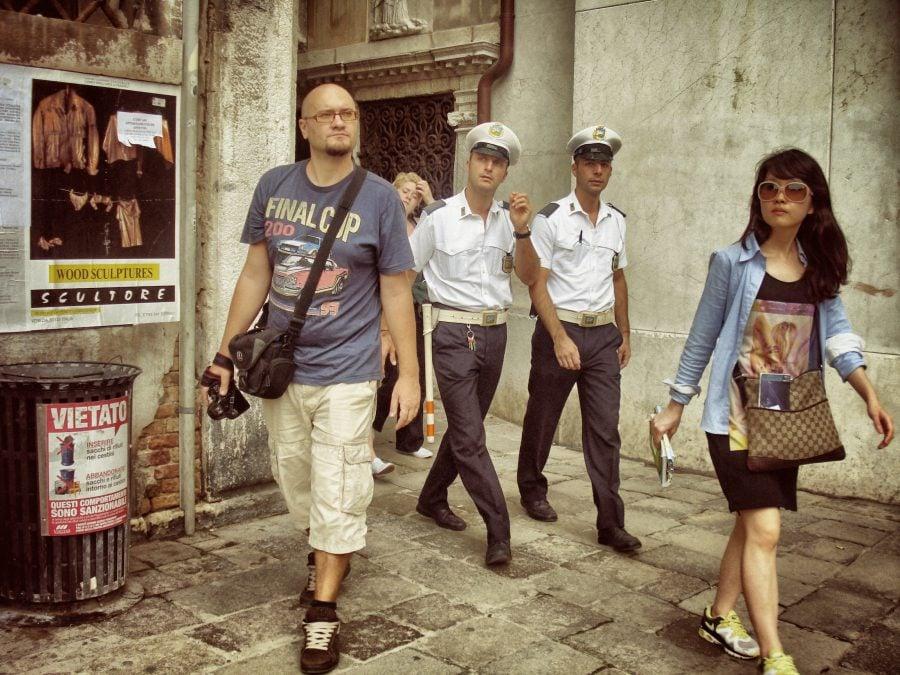 Cristi, doi politiști, o turistă și Venetia