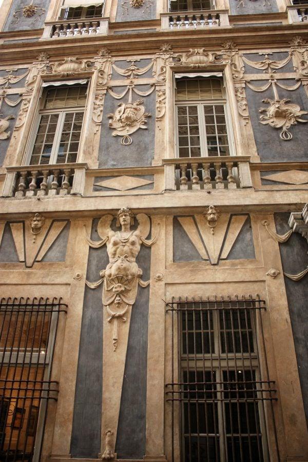 Fațada clădire decorată cu statui și basoreliefuri, Genova