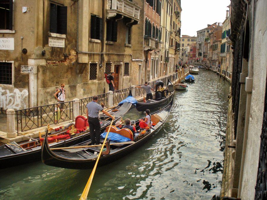 Gondolă cu turiști în Veneția