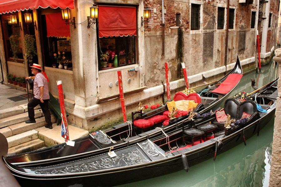 Gondolă la poarta palatului venețian