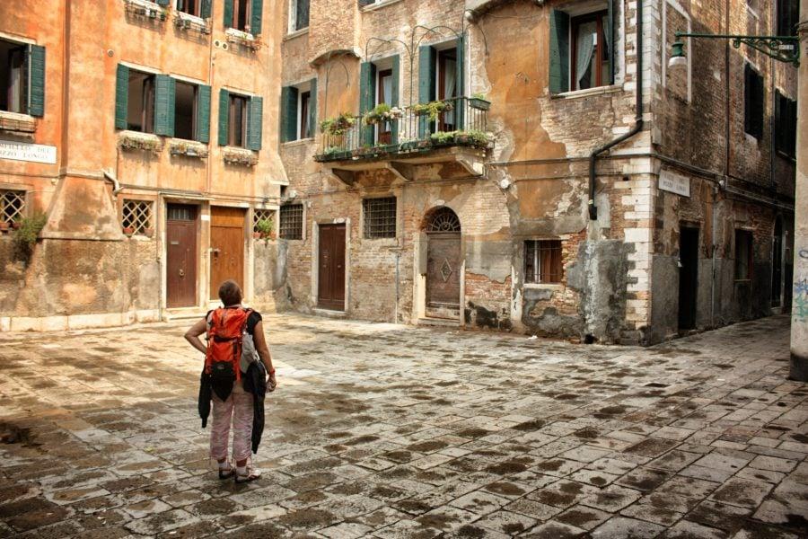 Gură cască intr-o piațeta din Veneția