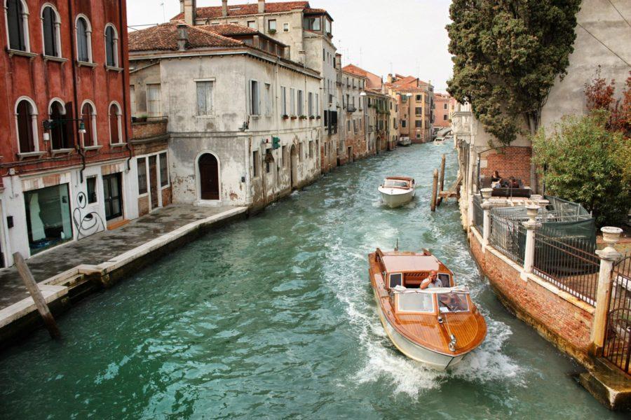 Localnicii venețieni și barcile lor luxoase