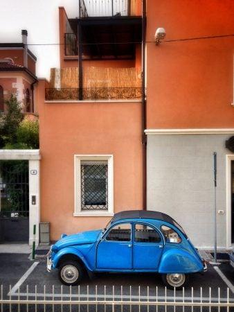 Mașină veche italiană de culoare albastră în fața casei, Padova