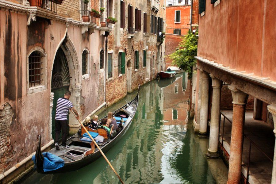 Plimbare cu gondola pe canalele Veneției