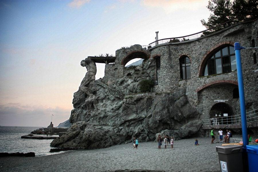 Singura plaja publica din Monterosso, Cinque Terre, Italia