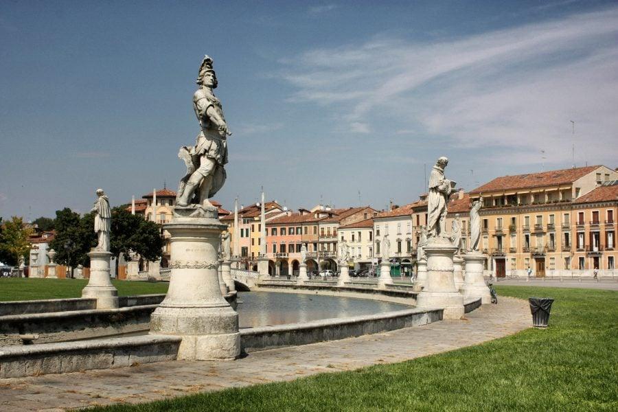 Statuile și fântâna din parcul Prato della Valle, centrul Padovei, Italia