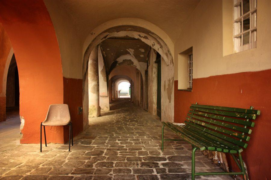 Străzi și arcade în Varese Ligure, Italia