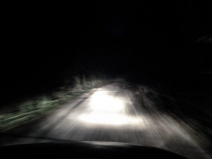 Faruri de mașină noaptea