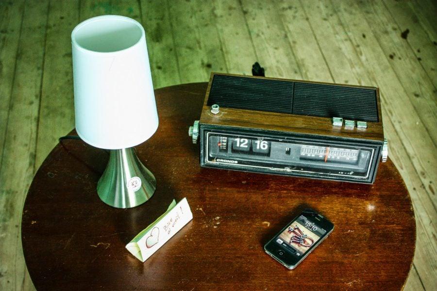 Masa, lampa, ceas vechi si telefon, Bigar
