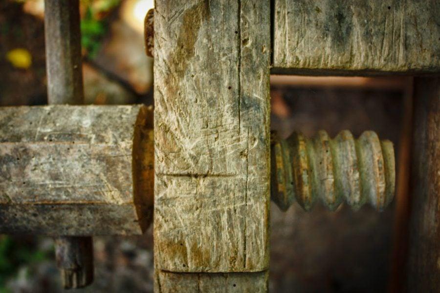 Menghina cu filet de lemn, banc tamplar vechi