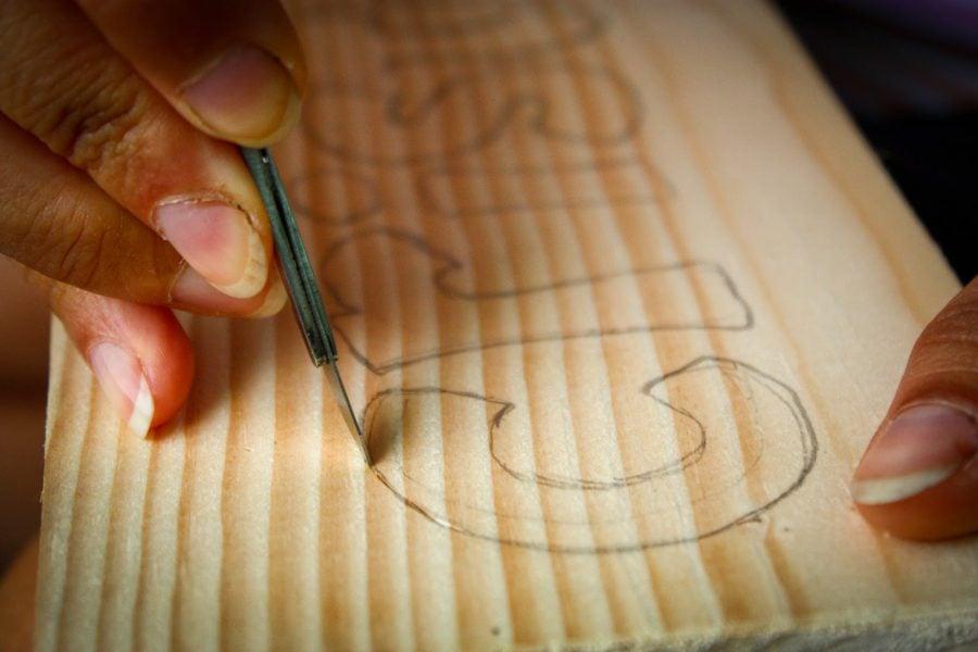 Adriana ciopleste in lemn cu bisturiul, Bigar