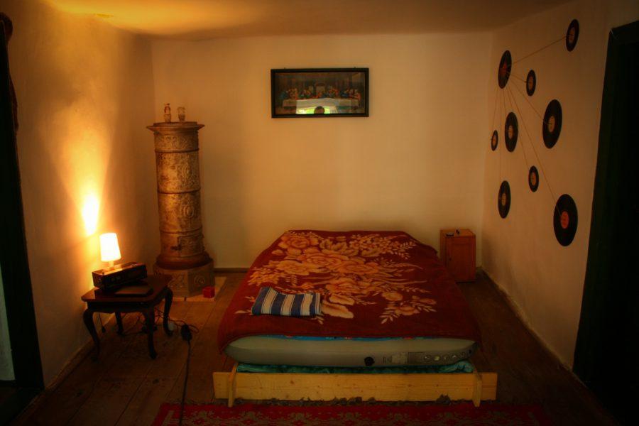 Camera la tara reconditionata, cu pat de lemn si soba de fonta